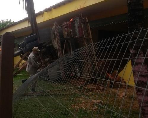 Camião desgovernado invade sala de aula e fere 17 alunos — Vídeo