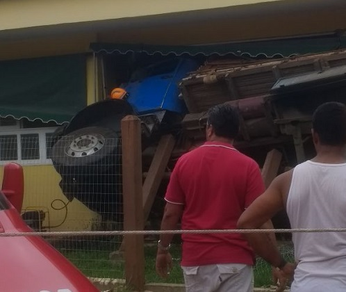 Caminhão invade escola e deixa 17 crianças feridas em Iguaba Grande