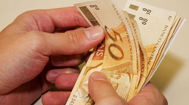 Resultado de imagem para Governo volta atrás e propõe salário mínimo com R$ 10 a menos